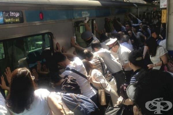 Пътници на метростанция накланят заедно влака, за да освободят заседнала между мотрисата и платформата жена.