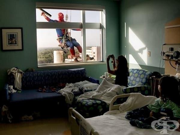 Чистач, облечен като спайдърмен, който мие прозорците на детското отделение в болница, за да развесели малките пациенти.