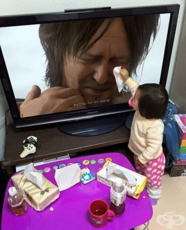 Малко момиченце бърше сълзите на актьор през телевизора.