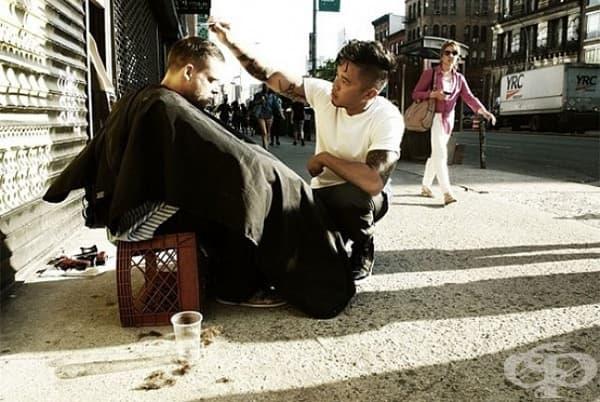 Веднъж седмично този фризьор подстригва безплатно бездомници.
