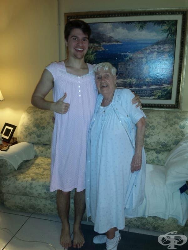 84-годишна дама се срамувала да ходи по нощница по болничните коридори, затова внукът й също облякъл една.