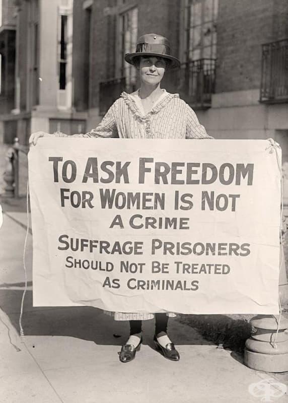 Мери Уинзор държи лозунг на суфражетките във Вашингтон (1917)