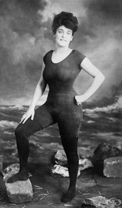 Анет Келерман прокламира правото на жените да носят прилепнал цял бански костюм (1907). Арестувана е за непристойно поведение.