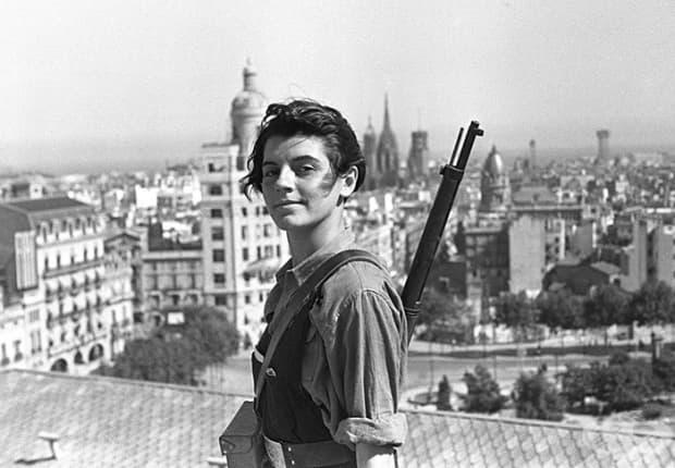 Марина Гинеста е френски ветеран от испанската гражданска война. Това е най-известната й снимка – на върха на хотел Колон в Барселона (21 юли 1936)