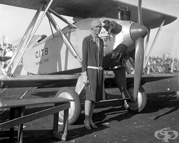 Амелия Еърхарт е първата жена пилот, която прелита сама над Атлантическия океан (1928)