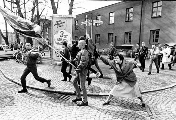 Жена, която удря неонацист с чантата си във Ваксьо, Швеция (13 април, 1985)