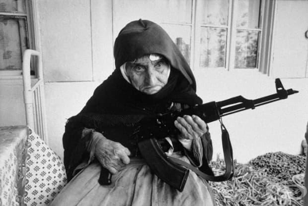 106-годишна жена, която защитава дома си пушка в Армения (1990)