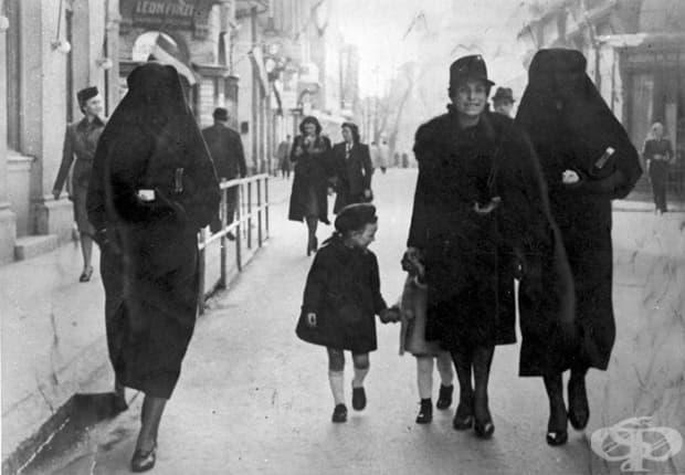 Мюсюлманка прикрива жълтата звезда на своята съседка еврейка с воала си (1941)