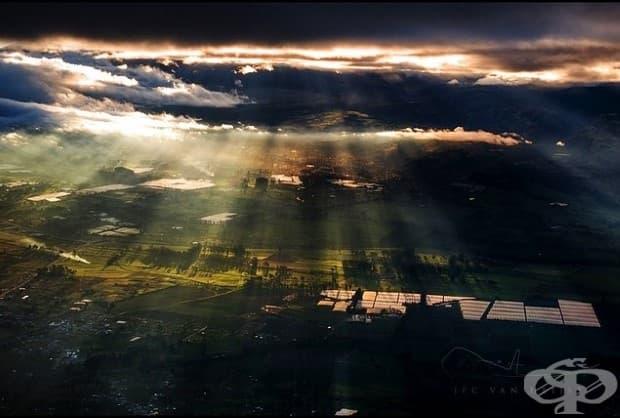 Слънцето пробива през облаците в Латакунга, Еквадор
