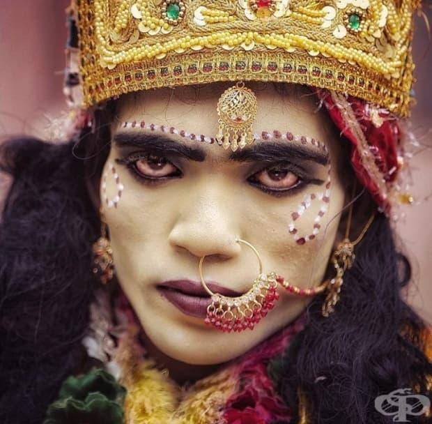 Поглед на травестит, облечен като хиндуистка богиня, която предлага своите услуги в замяна на пари от туристите и местните.