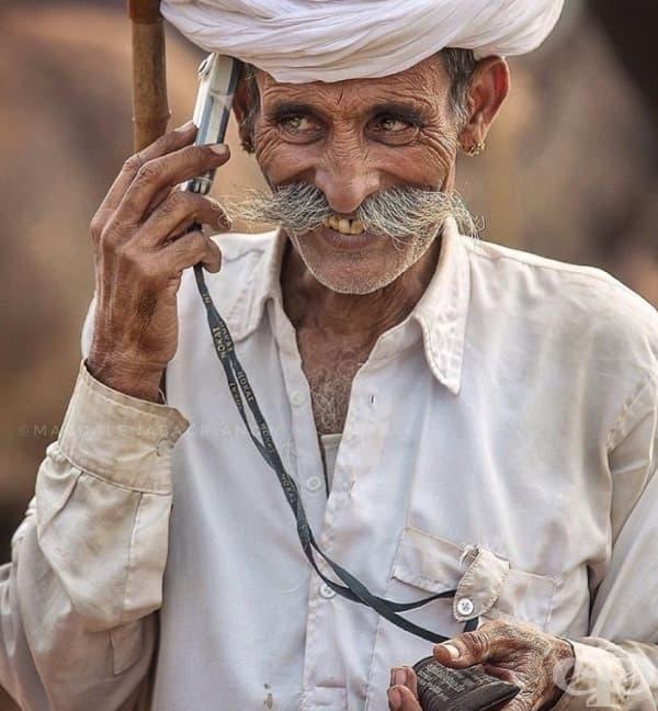 Той има телефон, който също е причина да бъде щастлив.