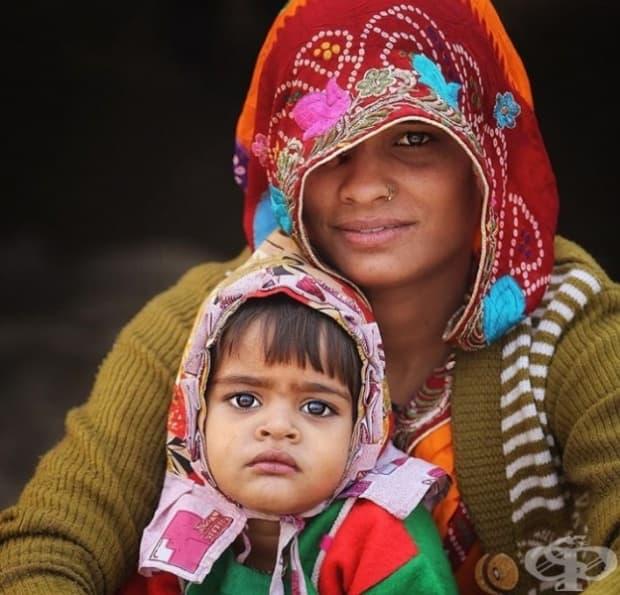 Майка и дъщеря показват абсолютно различни емоции на лицата си.