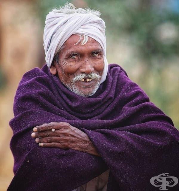 Проста, мила усмивка на обикновен човек.