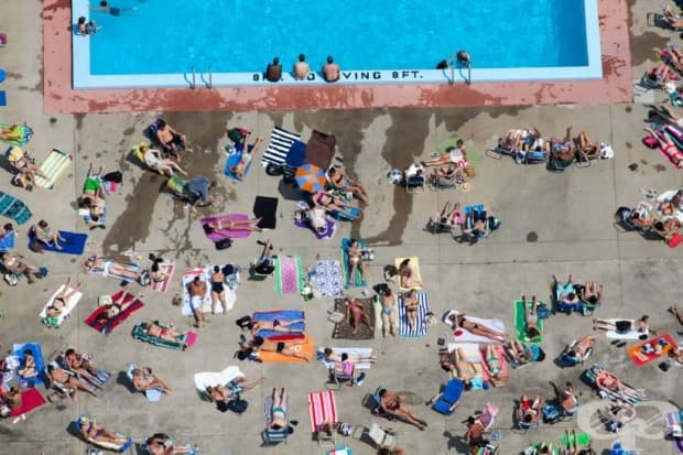 Зона за слънчеви бани, покрай басейн