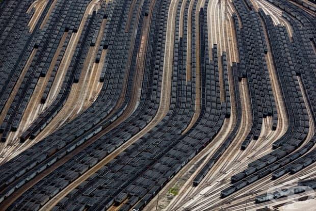 Заредени влакове, пълни с въглища