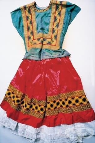 Традиционна техуанска рокля. Десният крак на Кало е по-тънък от левия, след прекаран детски полиомиелит – а по-късно се чупи на 11 места при ужасна автобусна катастрофа. В резултат на това тя носи дълги, традиционни техуански рокли, които скриват долната