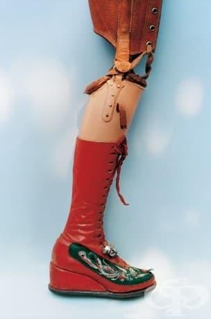Протезен крак. Кракът на Кало е ампутиран през 1953 г. Тя проектира този протезен крак с бродирани ботуши със звънчета.