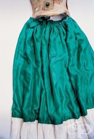 Пола от зелена коприна и дантела, прикачена към корсет