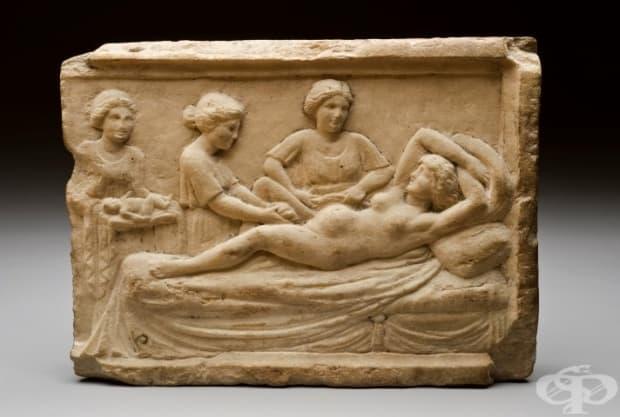 Мраморна оброчна плочка, изобразяваща сцена на раждане. Жените в Рим се израждали само от акушерки, мъже лекари помагали само на жените от патрициански семейства. Открита в Остия, Италия.