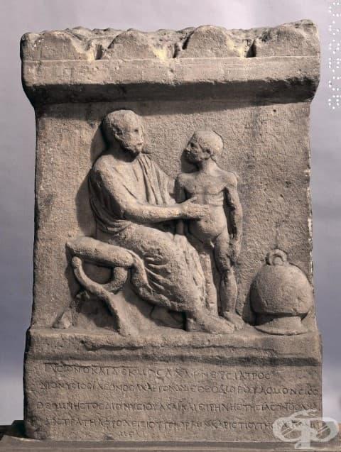 Мраморна надгробна плоча на атински лекар на име Язон, който преглежда дете с подут корем. II в. пр. н. е. Намира се в Британския музей.