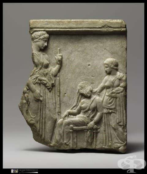 Вотивна плоча, на която е изобразена жена, припаднала след раждане. Класически период, V в., открита в Атина.