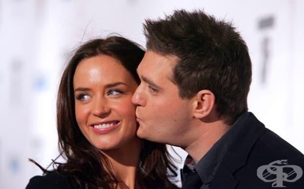 Майкъл Бубле и Емили Блънт. Преди Емили Блънт да срещне съпруга си Джон Красински, тя беше в сериозна връзка с Майкъл Бъбъл. Тази връзка продължи в продължение на 3 години между 2005-2008.