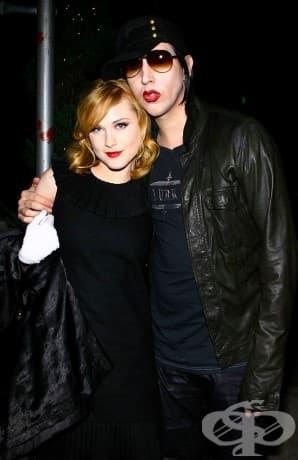 Евън Рейчъл Ууд и Мерилин Менсън. Това чудато дуо започна да излиза през 2006 г. и се сгоди в началото на 2010 г. Техният годеж продължи само за една година.