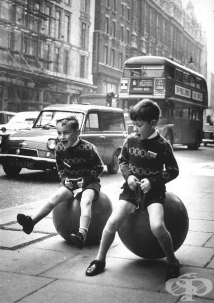 Деца си играят с подскачащи топки, Лондон