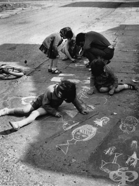 Деца рисуват с тебешири, Манчестър, 1966
