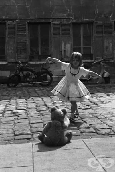 Момиче, което танцува пред мечето си