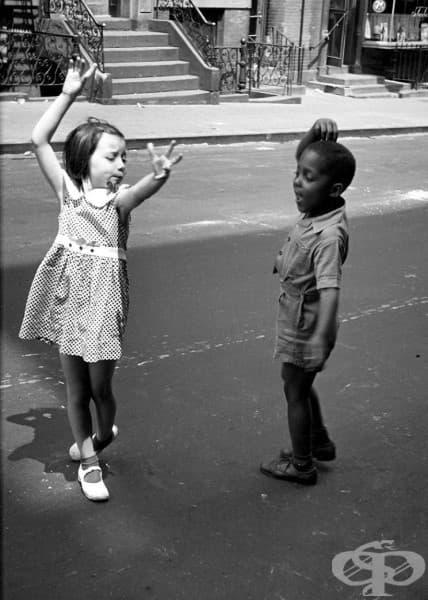 Две деца, танцуващи по улиците на Ню Йорк през 40-те години