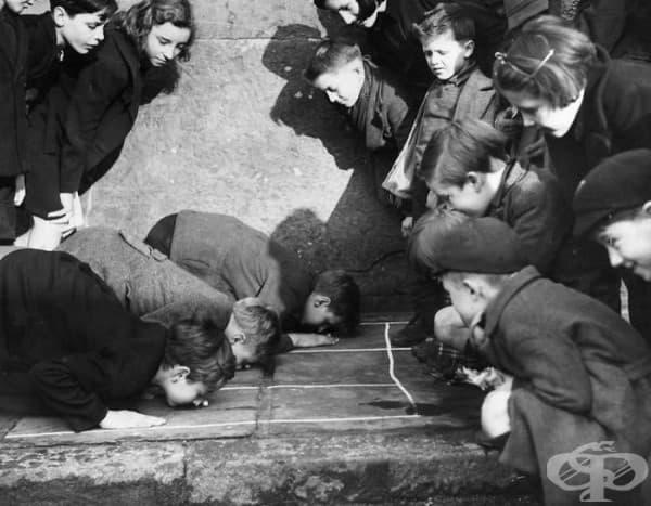 """Деца си играят на """"бутни фъстъка"""", улица Кингс Крос, Лондон, 1938"""