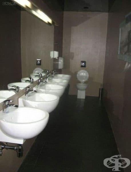 Тоалетна за супер социални хора.