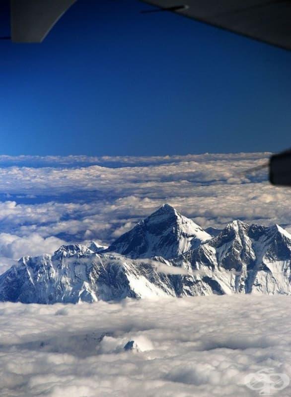 Изглед на връх Еверест от самолет.