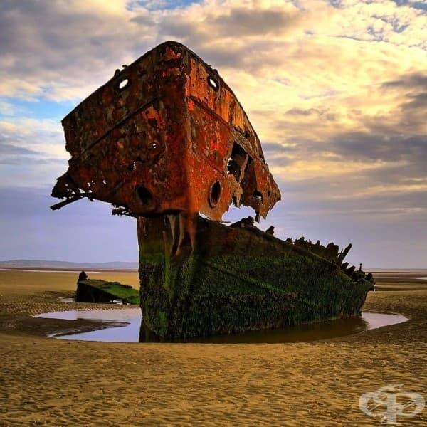 Скелет на заседнал кораб в графство Лоут, Ирландия