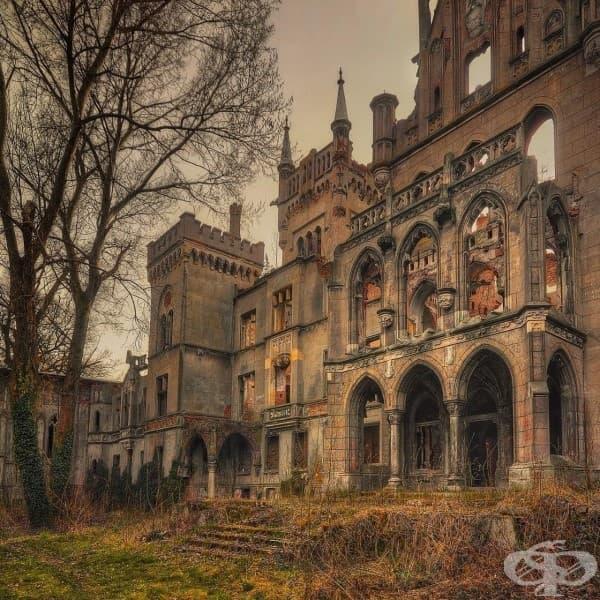 Рушащ се замък в Копице, Полша