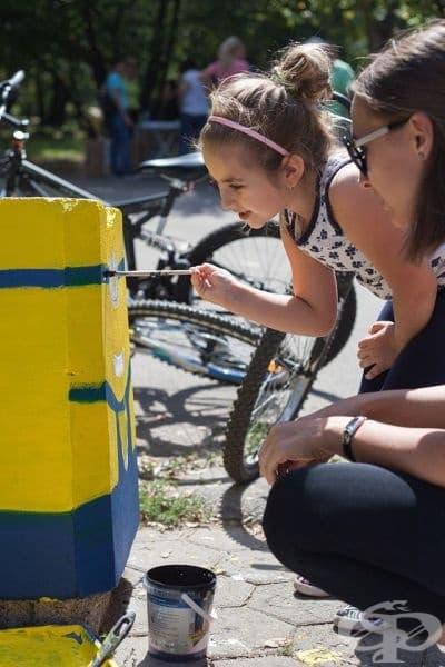 Изрисуване на кошчетата за боклук с помощта на доброволци, Филмов подлез. Снимка: Таня Николова