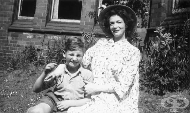 9-годишният Джон Ленън с майка си, 1949.