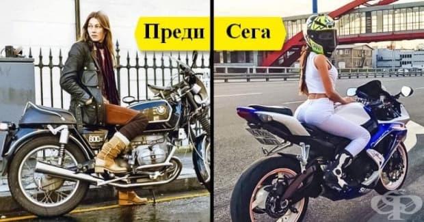 Момичета карат мотоциклет.