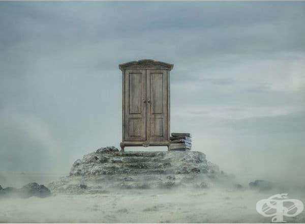 Знаете ли как тази ефектна самотна врата се е появила тук?