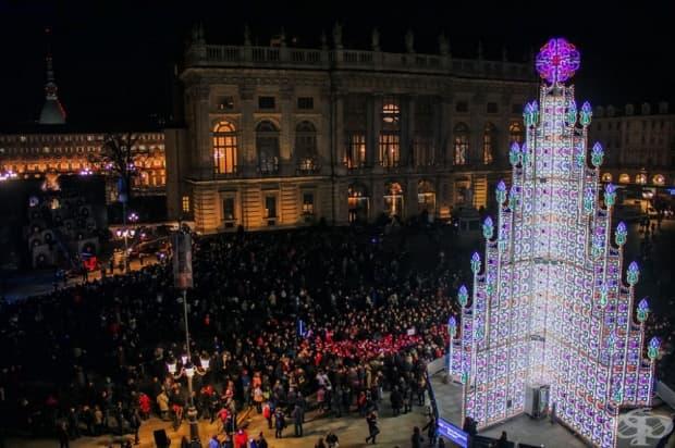 Турино, Италия. Това много оригинално и красиво коледно дърво се намира на площад Кастело.