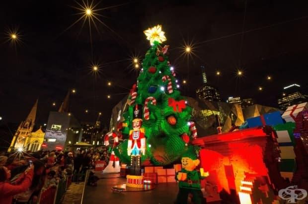 Мелбърн, Австралия. Тази коледна елха е построена от половин милион тухлички лего.