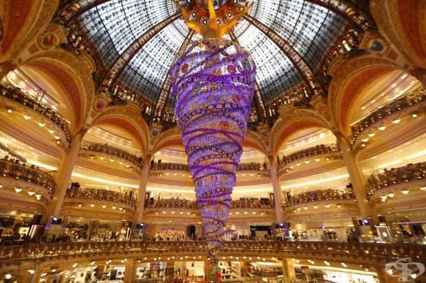Париж, Франция. Това 25-метрово обърнато на обратно коледно дърво краси френския търговски център Galeries Lafayette.