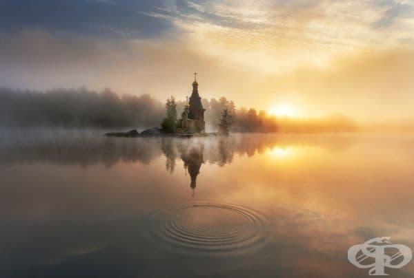 Крайречна църква, обвита в сутрешна мъгла.