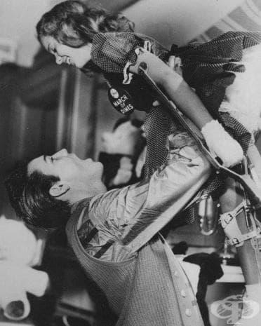 Кралят на рока си играе с момиченце, болно от детски паралич