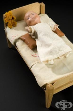 Керамична кукла, използвана в Англия за демонстрация на лечение на полиомиелит от 1930г.