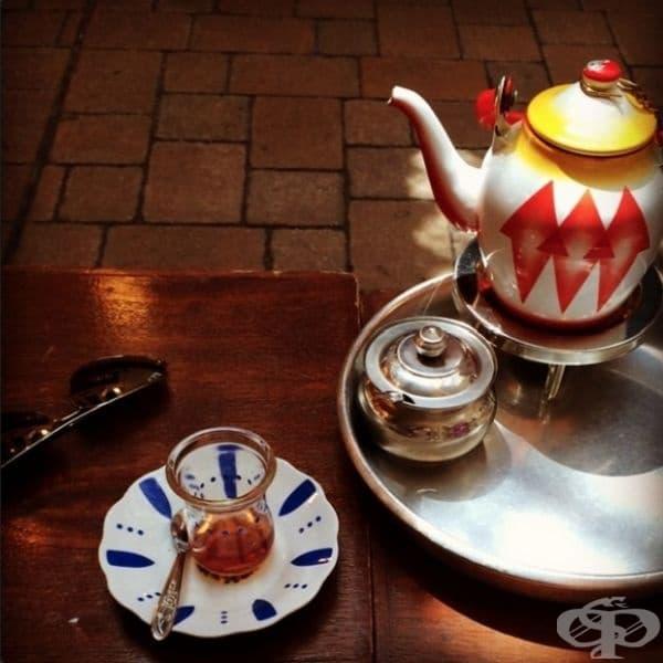 Кувейт - Хората в Кувейт предпочитат черен чай с кардамон и шафран.