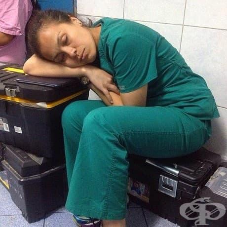 Лекарите са обвиняни, че спят, докато пациентите чакат, но ...