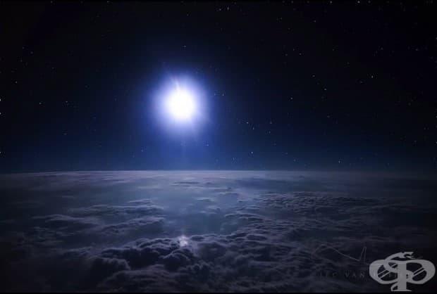 Лунна светлина над облаците.