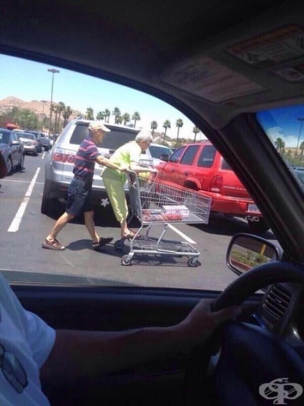 Държат се глупаво в супермаркета.